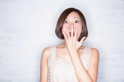 驚きの表情を浮かべる女性